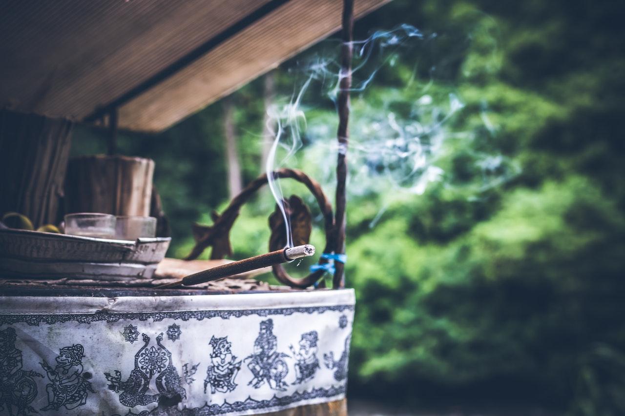 5 razões pelas quais você deve queimar incensos (Foto de Artem Beliaikin no Pexels)